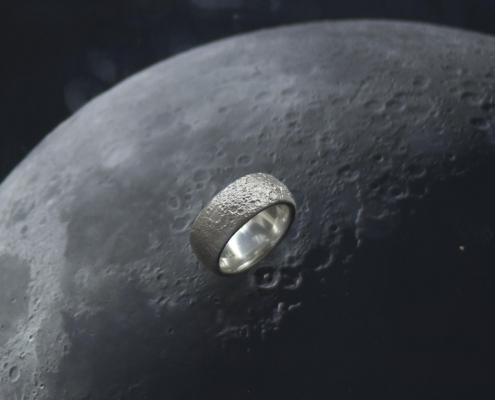 Mondringe im Wasser